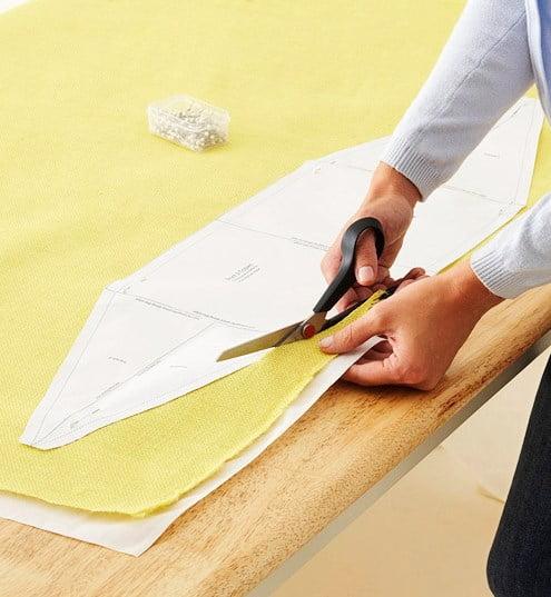 Depois, já com o molde, você deverá cortar um tecido grosso em 8 partes. Neste passo a passo, foram utilizados dois tecidos — um externo e mais grosso e outro branco fino como forro. Fica a seu critério escolher.