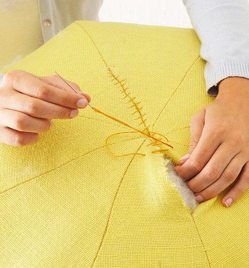 Quando o puff estiver preenchido, é hora de fechar a parte superior. É possível fazer isso com uma costura bem simples, apenas cruzando a linha.