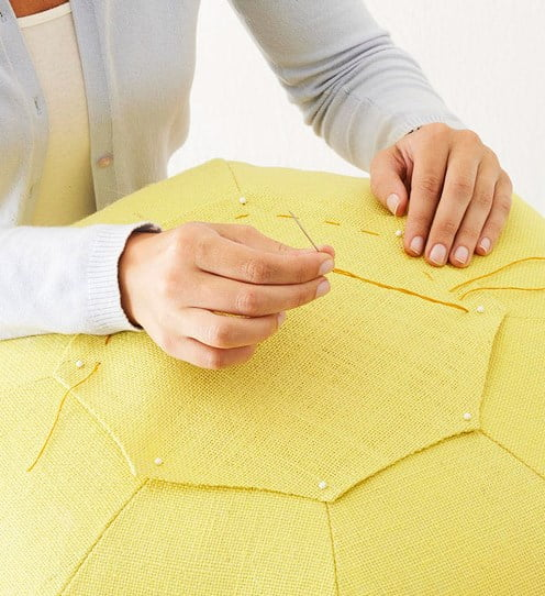 """Coloque as """"tampas"""" do puff com uma costura simples."""