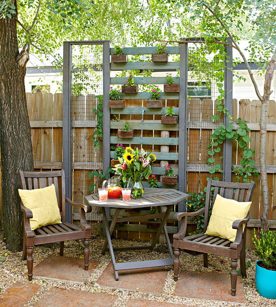 No quintal: flores, plantas, almofadas coloridas. Não tem como não dar certo!=D  Fotos: bhg.com