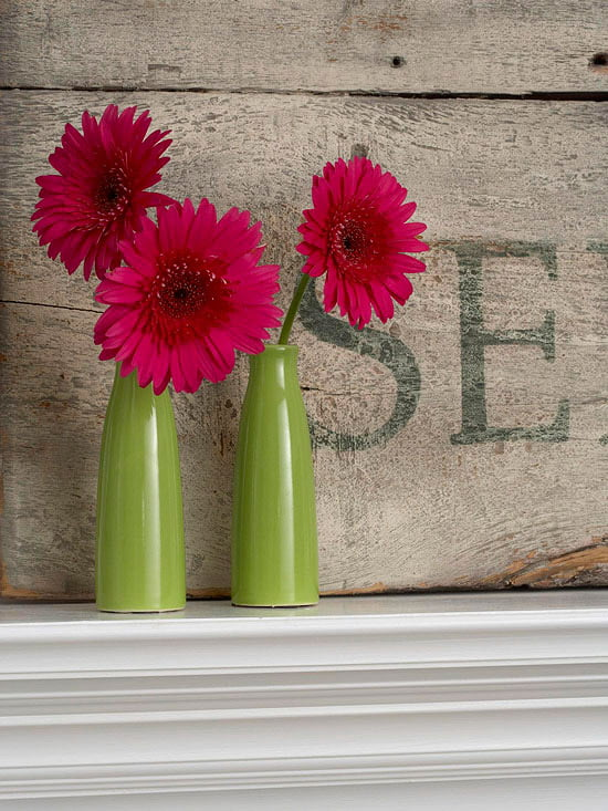 E as garrafas transformadas em vasos de flores não deixam de encantar <3