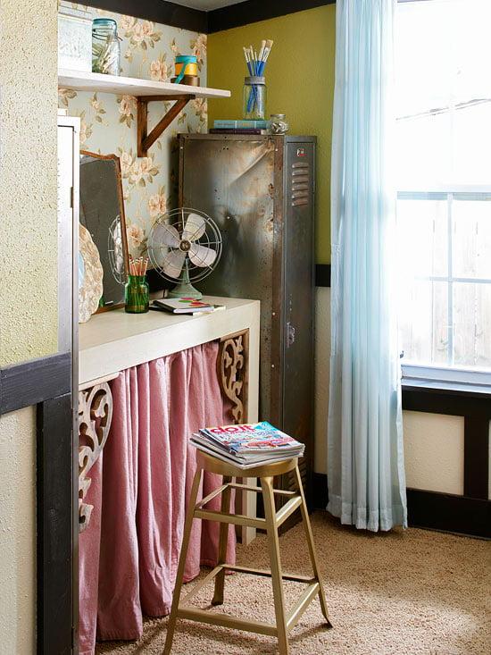 Ousando também na escrivaninha: um banquinho, um papel de parede criativo, móveis rústicos e cores leves.