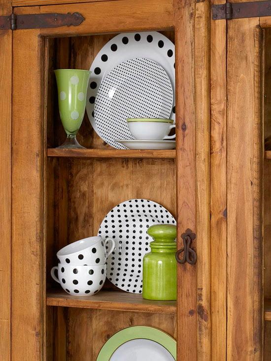 Pratos lindos e expostos! Expor alguns objetos — como pratos, talheres, panelas, copos, canecas — também é uma forma criativa de decorar ;)