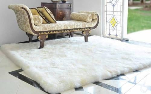 Tapete pelo alto traz sensação de aconchego, ideal para locais rústicos e frios.