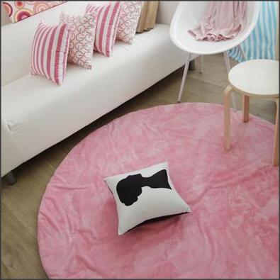 Tapete cor-de-rosa claro dá um toque de feminilidade e delicadeza ao ambiente.