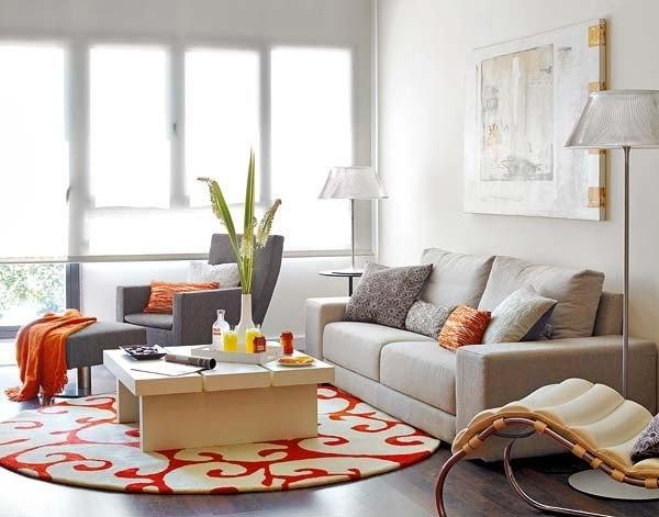 Tapete bordado com temática romântica, contrapondo-se às cores da decoração, de modo sutil também propõe elegância à sala.