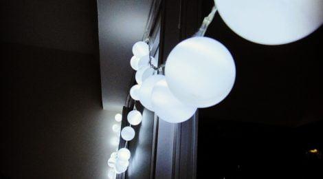 Como fazer luzes decorativas com bolas de pingue-pongue
