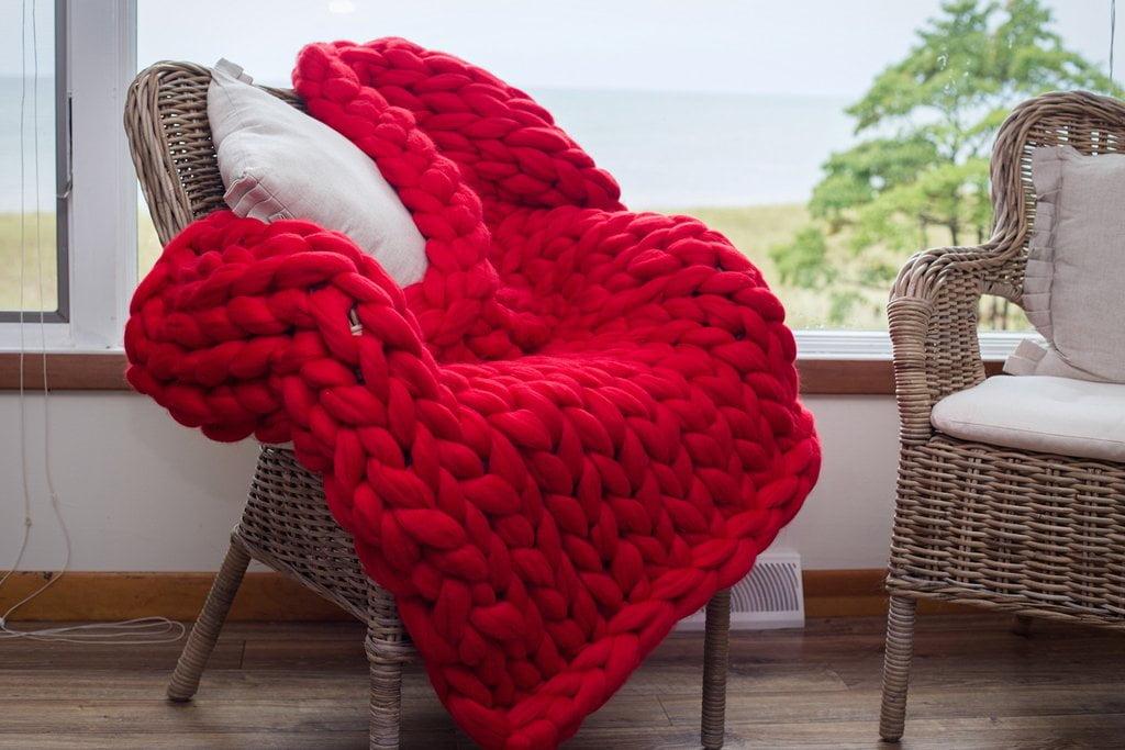 Como fazer cobertor usando apenas os braços - Tricô de braço - Mania ... 3fd18e12c7e