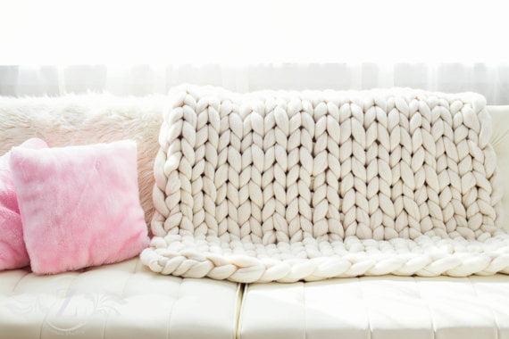 Como fazer cobertor usando apenas os braços - Tricô de braço - Mania ... 35319616ad3