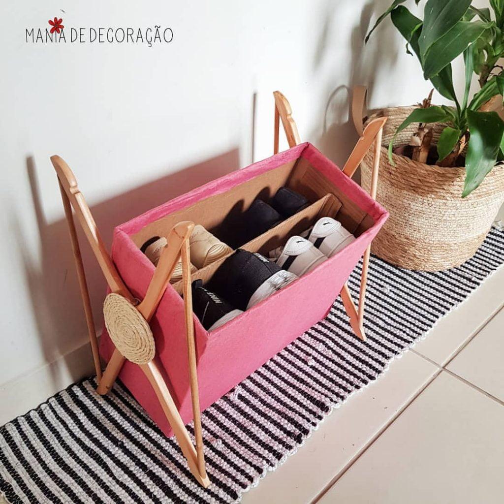 Sapateira com caixa de papelão e cabides
